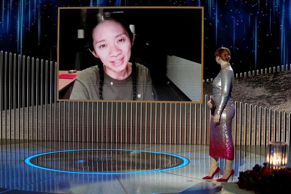 Chloé Zhao acepta el Globo de Oro como mejor directora en 2021.