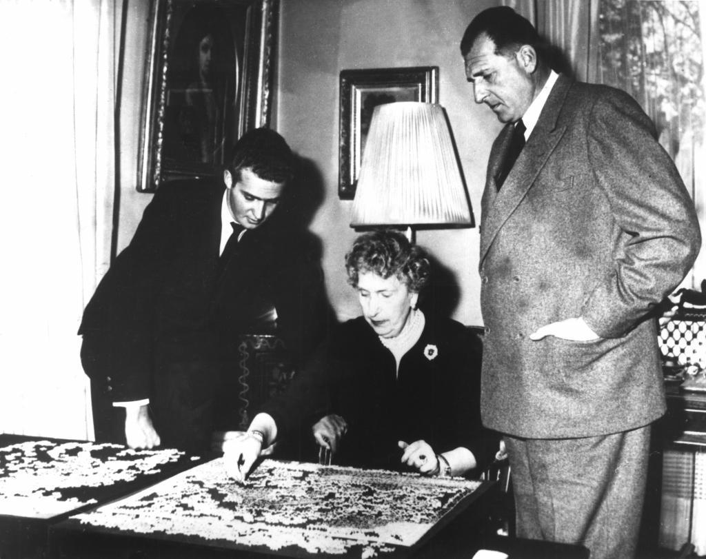 La reina Victoria Eugenia, su hijo Don Juan de Borbón y su nieto, Don Juan Carlos, en su villa de Lausana, en 1958.
