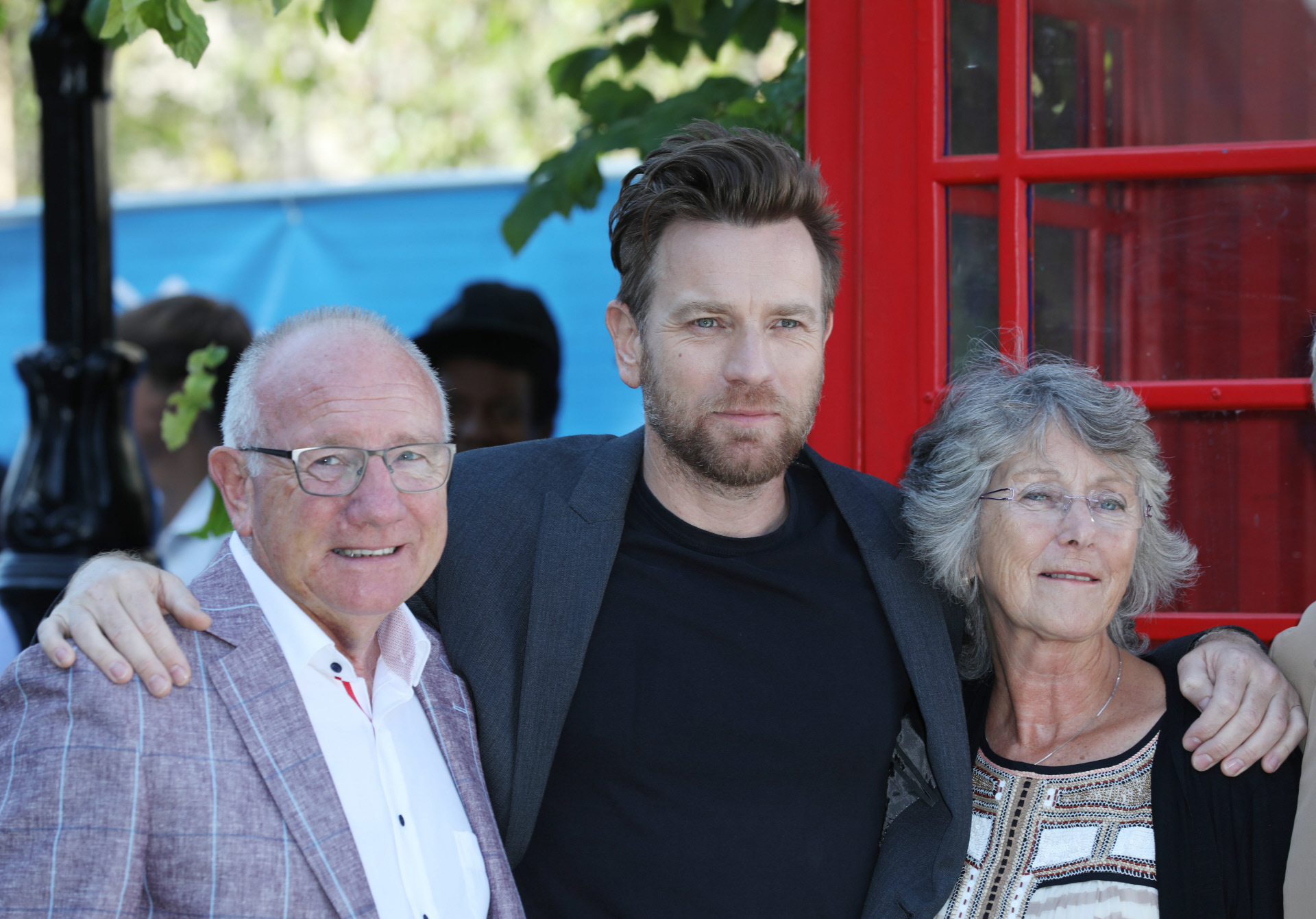 El actor junto a sus padres, James y Carol McGregor.