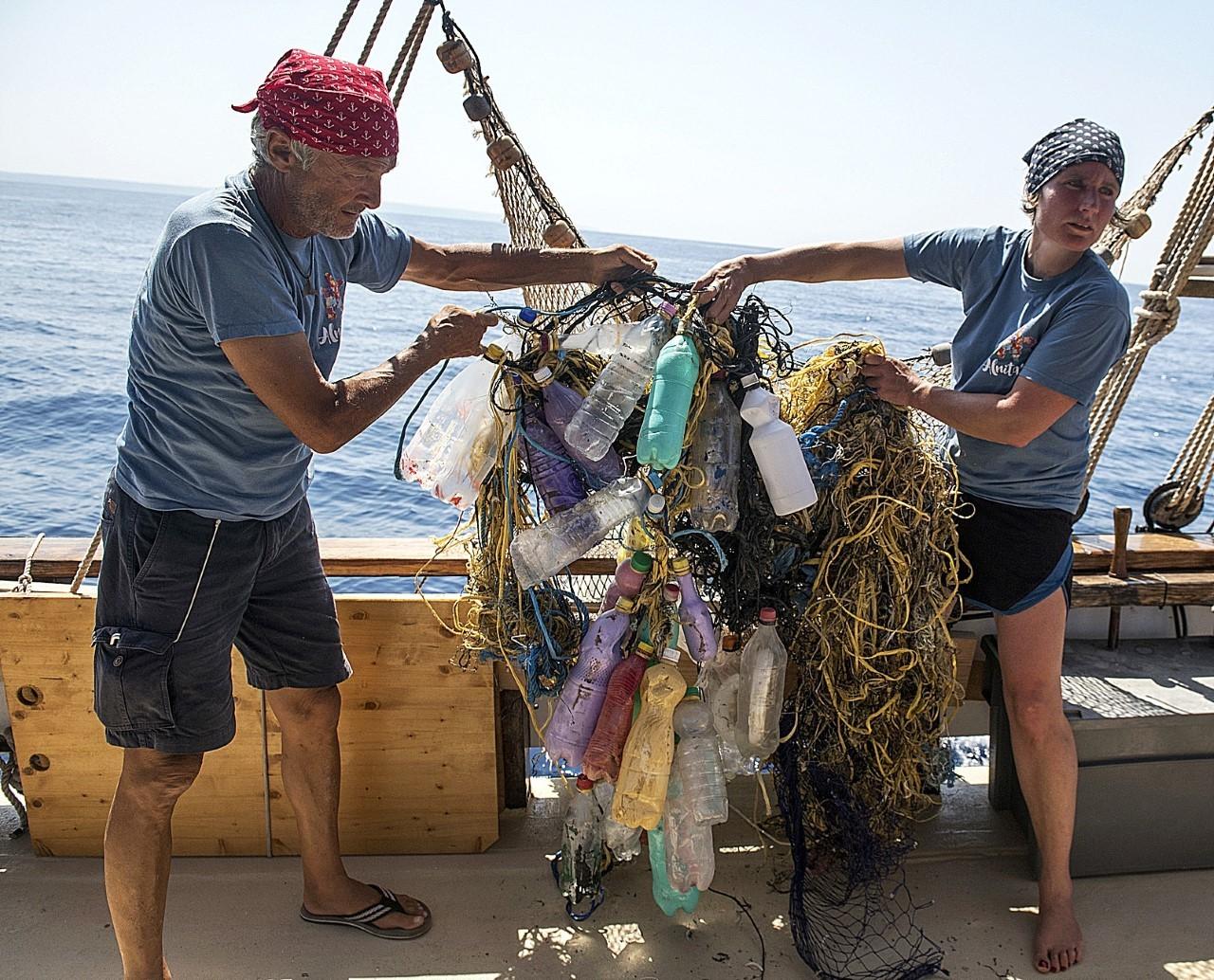 Recogida de basura en el mar