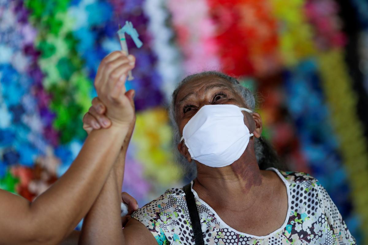Una mujer observa una dosis de Sinovac en Brasilia, Brasil.