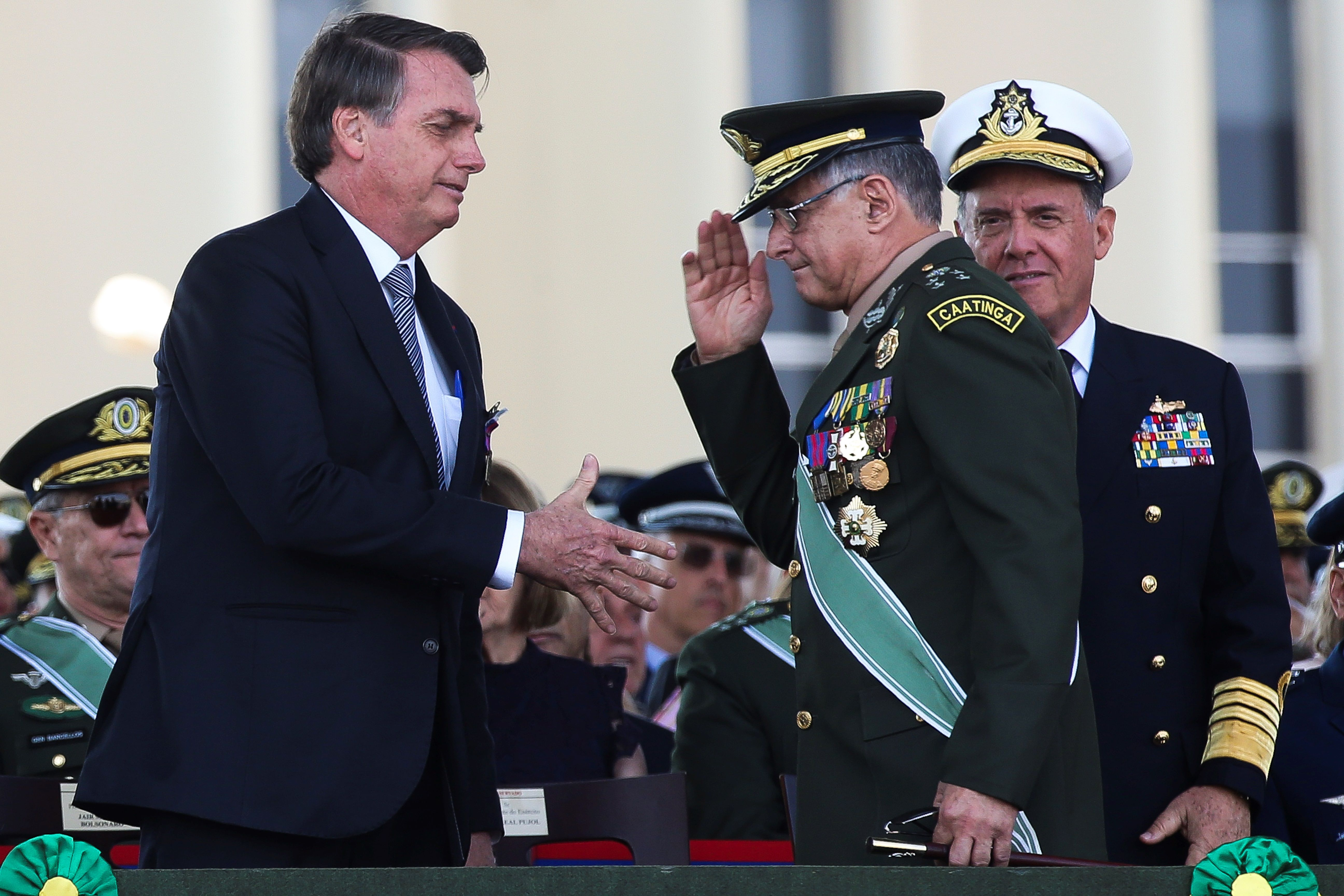 Jair Bolsonaro saluda al general del Ejército Eduardo Pujol, en Brasilia, 2019.