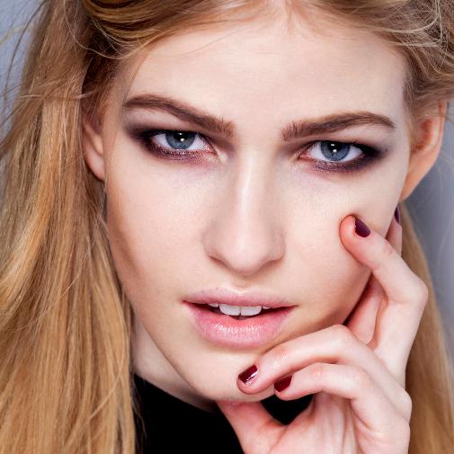 Maquillaje de efecto lifting para abrir una mirada de párpados caídos