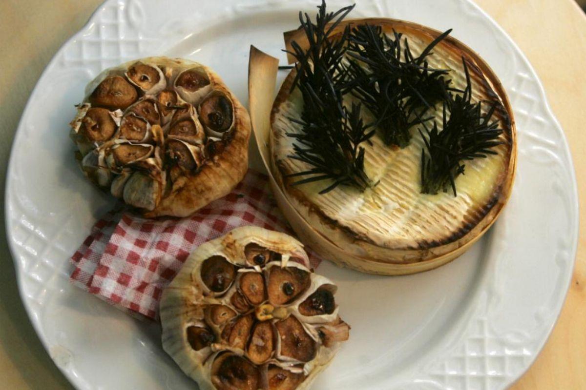 Camembert al horno con ajos asados, en Los Chuchis.