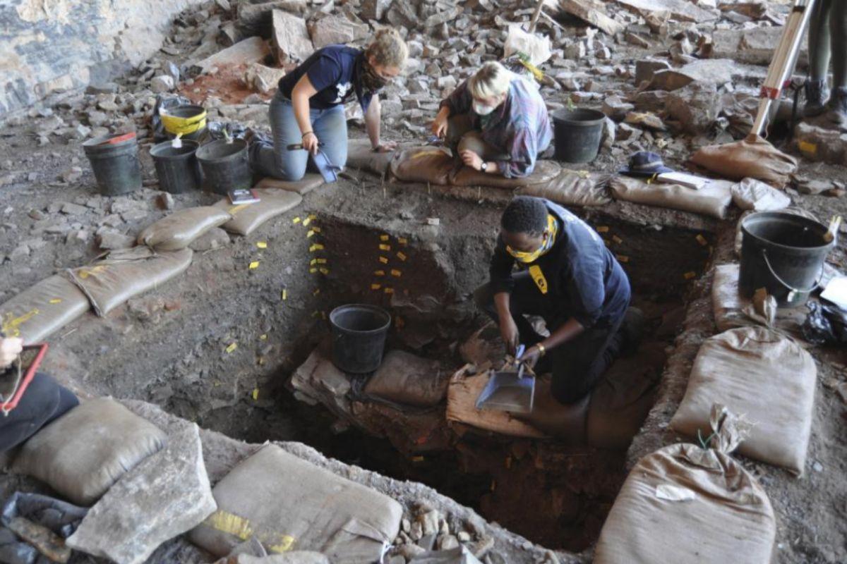 Excavación en el yacimiento Ga-Mohana Hill North Rockshelter de Sudáfrica
