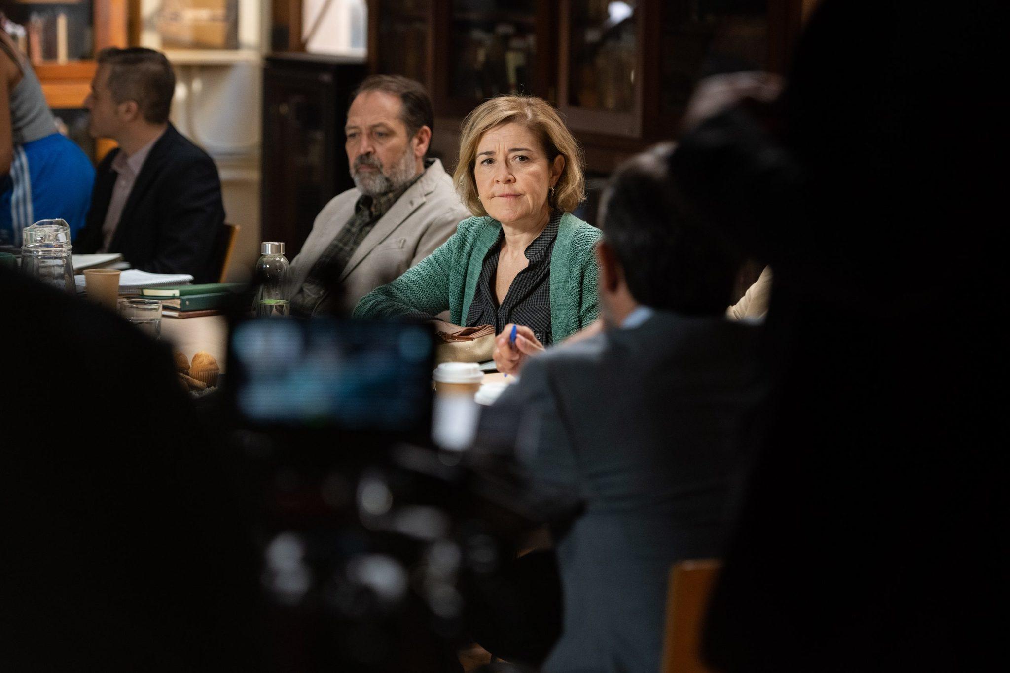 María Pujal, catedrática de Filosofía en la serie, durante la grabación