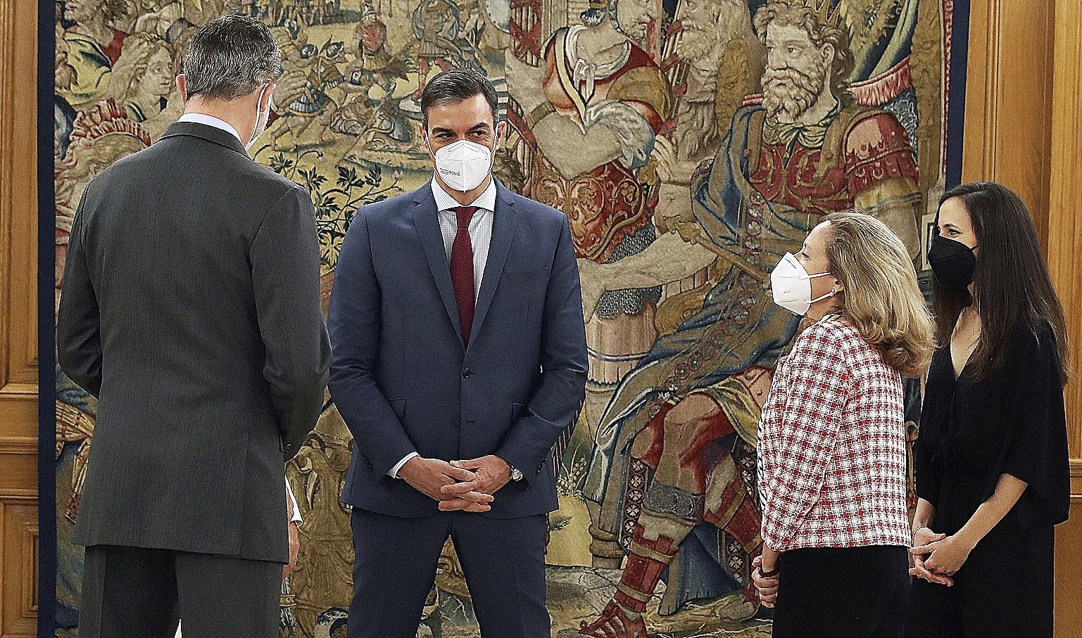 Pedro Sánchez conversa con Felipe VI, Nadia Calviño e Ione Belarra