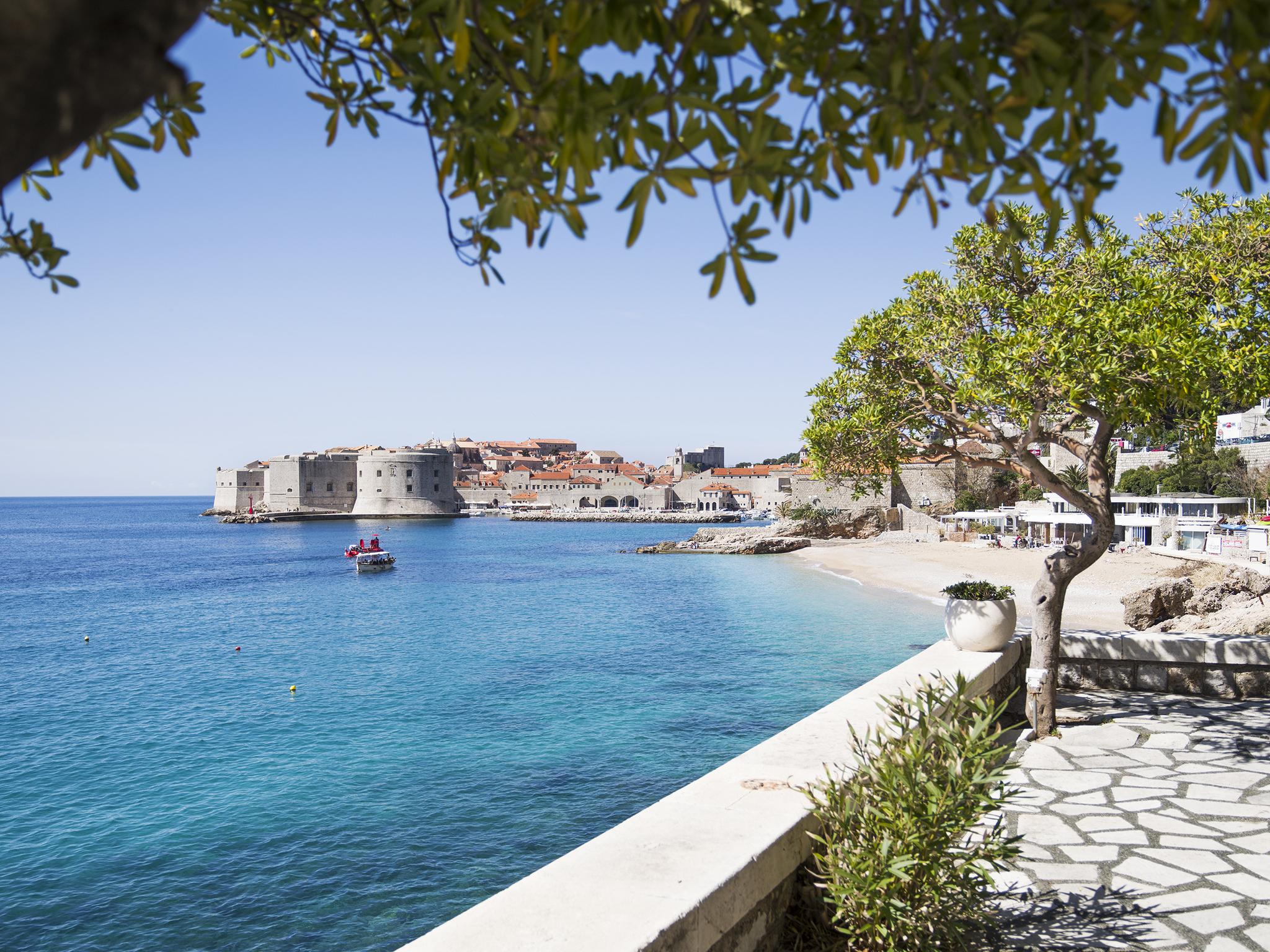 Paseo con la ciudad de Dubrovnik al fondo.