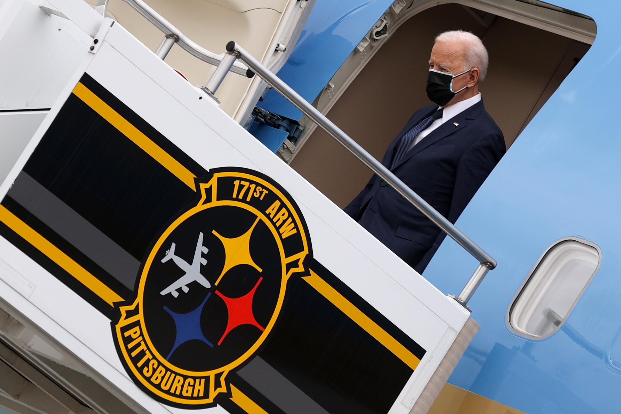 El presidente de EEUU, Joe Biden, a su llegada al aeropuerto de Pittsburg donde presentó el plan.