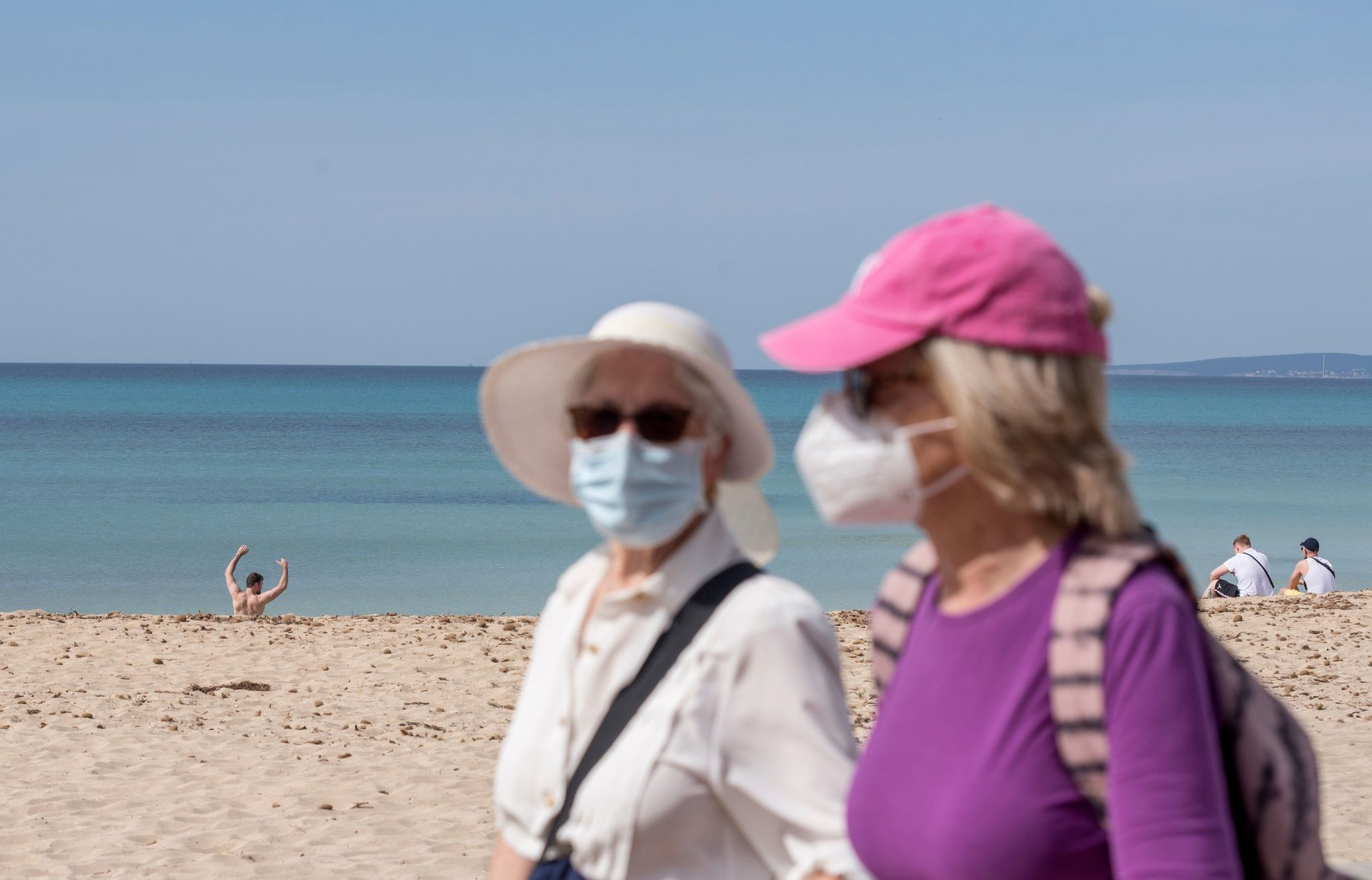 Turistas en un paseo marítimo de Palma de Mallorca.