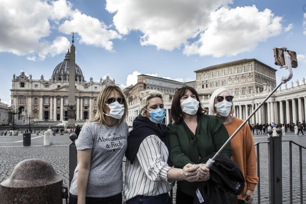 Varias turistas se hacen un selfie en la plaza del Vaticano