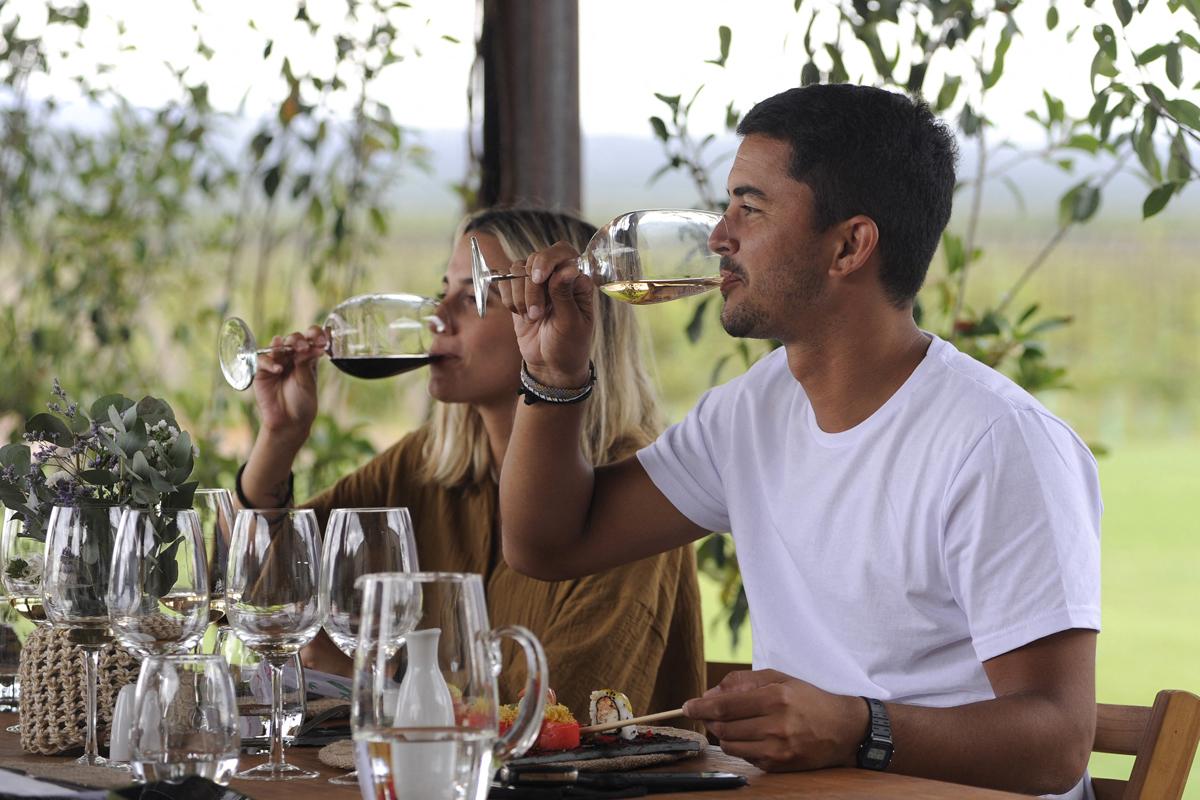 Una pareja cata vinos en Agrero (Mendoza).