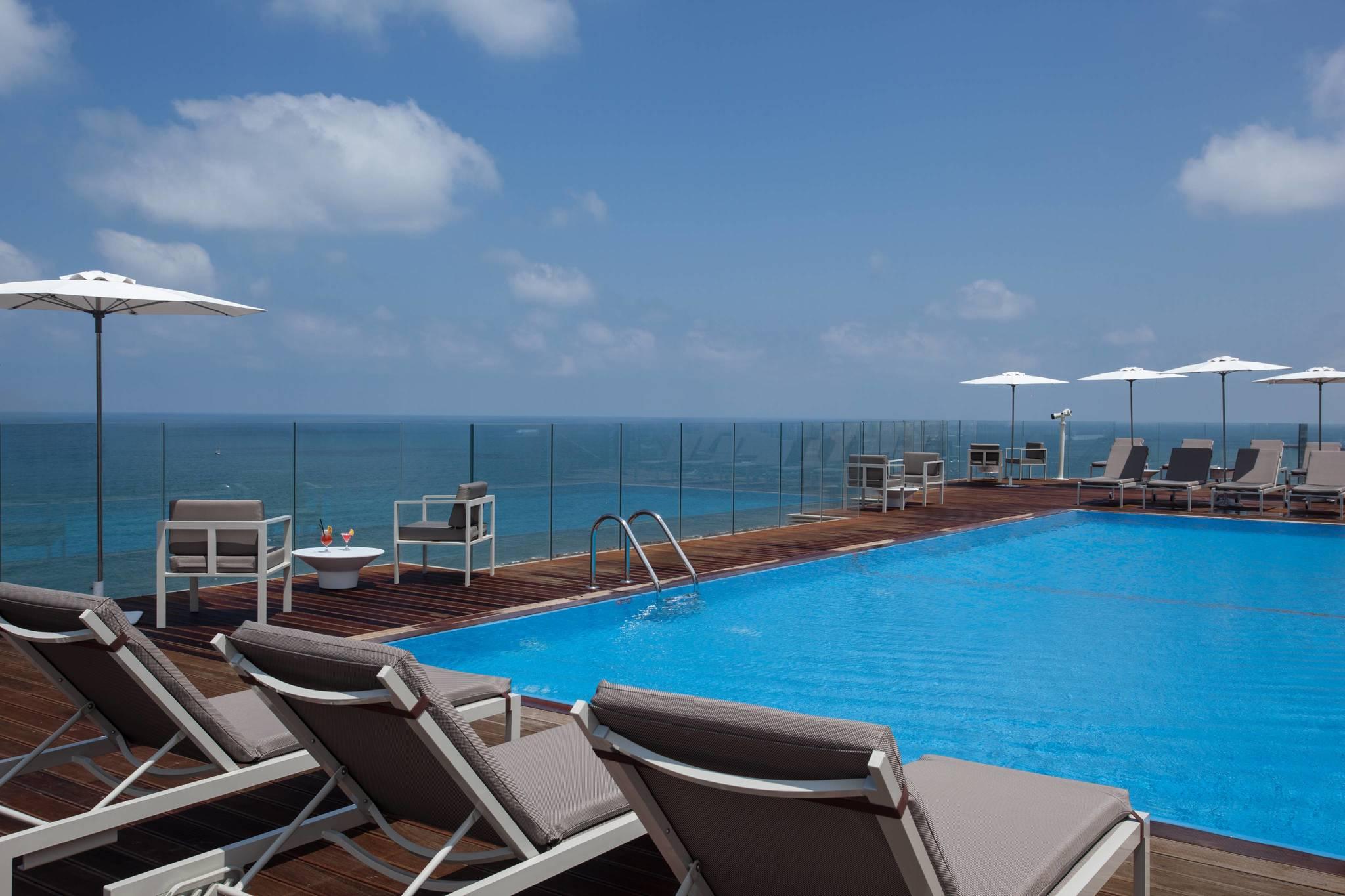 Piscina del hotel The Carlton Tel Aviv.