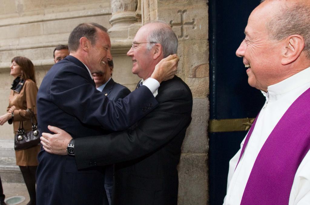 Juan José Ibarretxe abraza a José Antonio Ardanza.