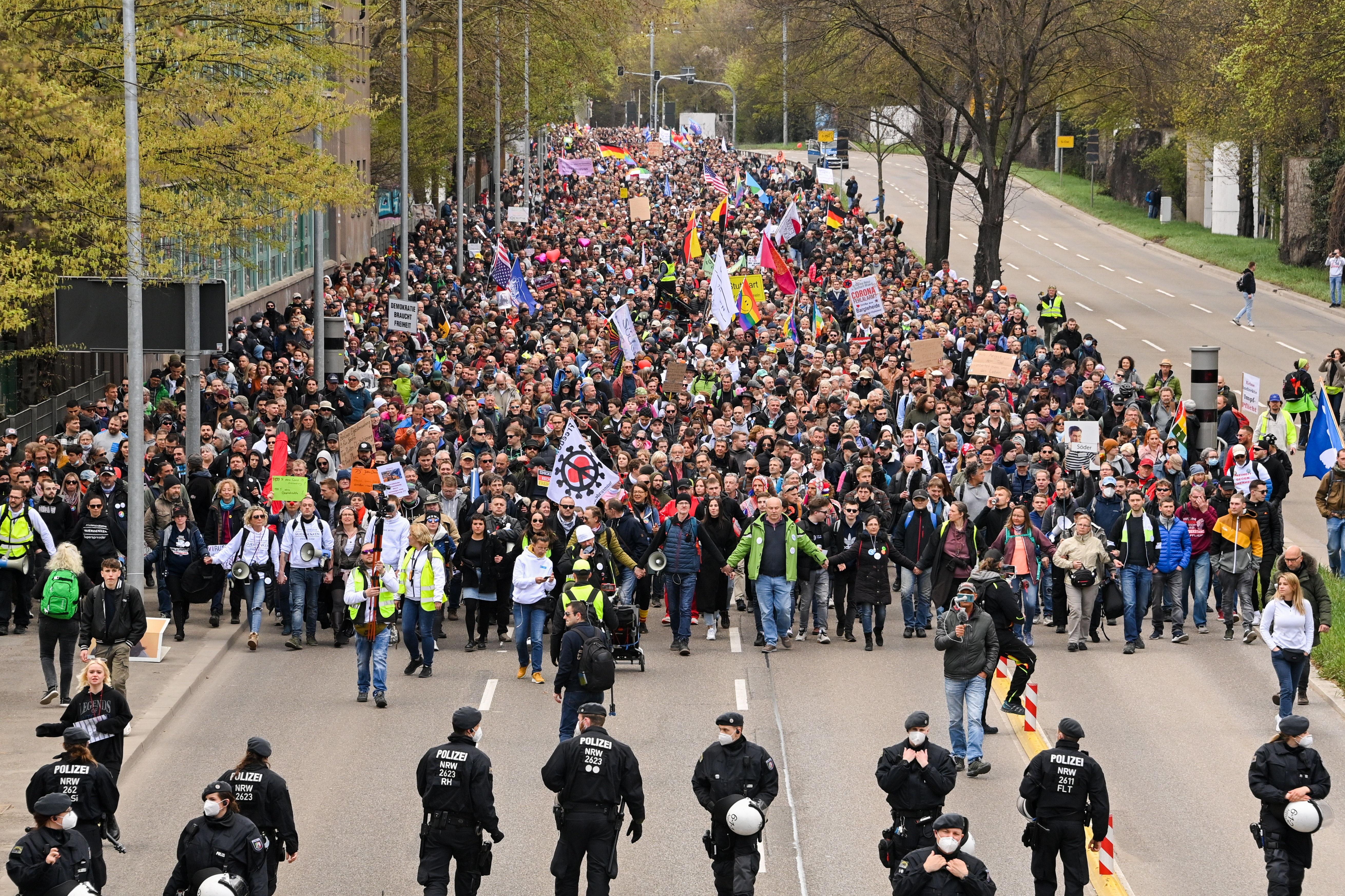 Policías frente a manifestantes, en Stuttgart.