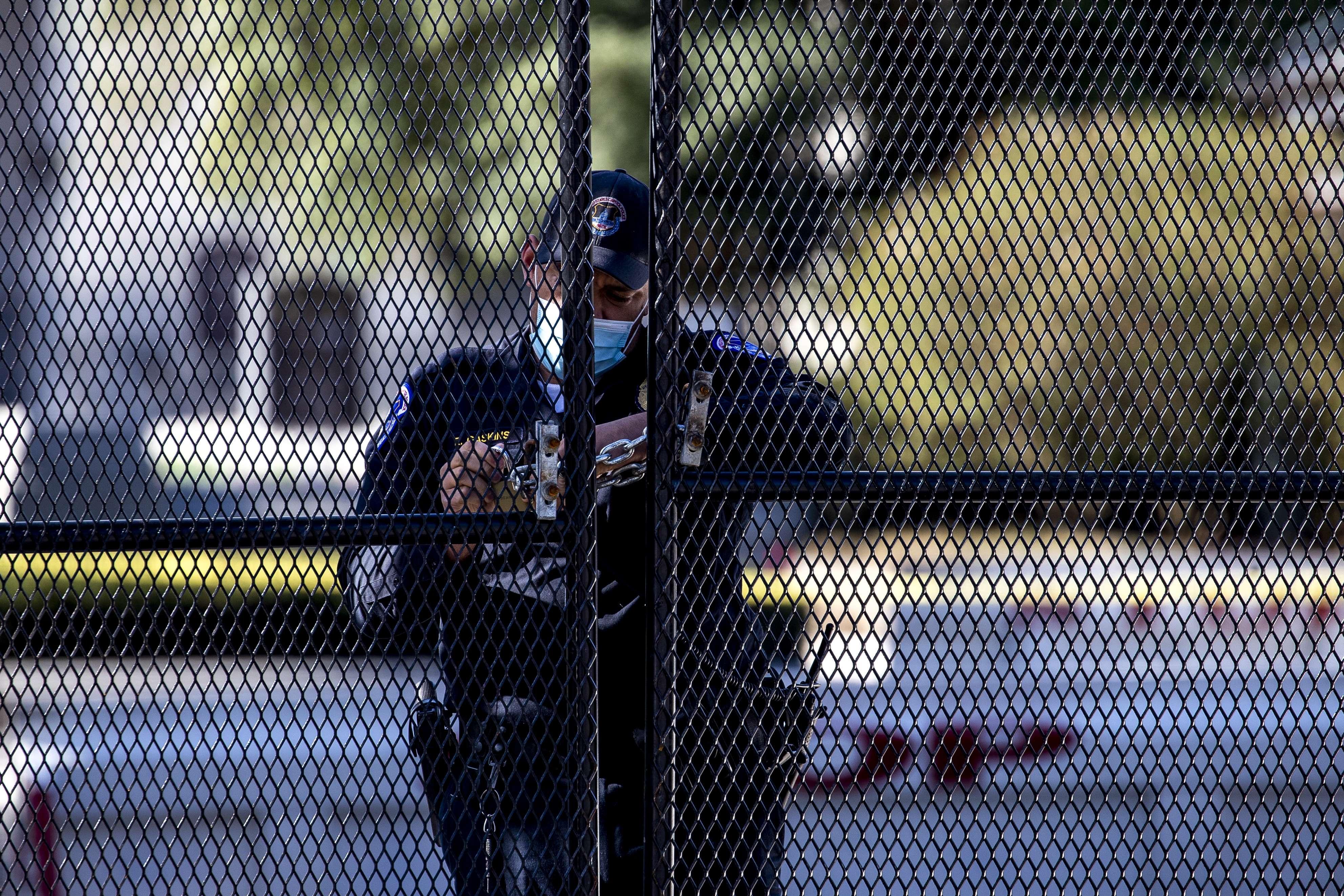 Un policía tiende una verja, en el Capitolio.