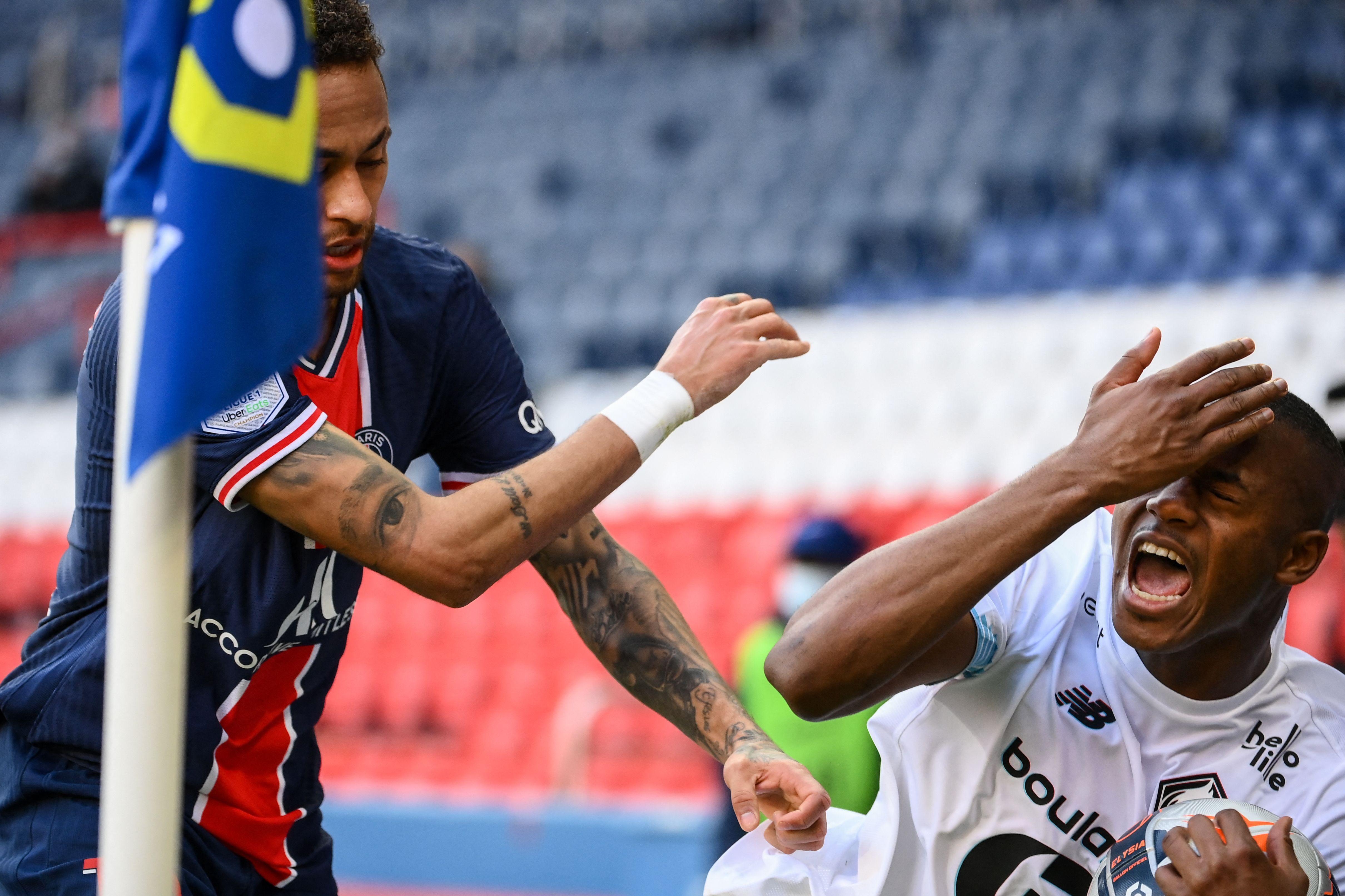 Neymar golpea a Tiago Djalo, del Lille, en la acción que le costó la expulsión.