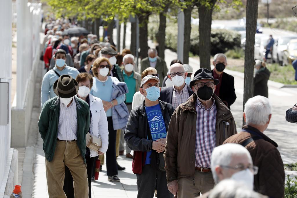 Varias personas hacen cola para vacunarse contra el coronavirus en las inmediaciones del Hospital Enfermera Isabel Zendal en Madrid.