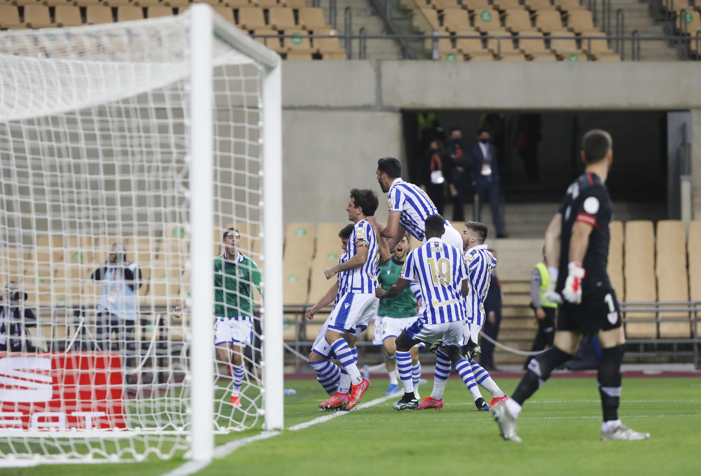Los jugadores de la Real celebran el gol de la victoria.