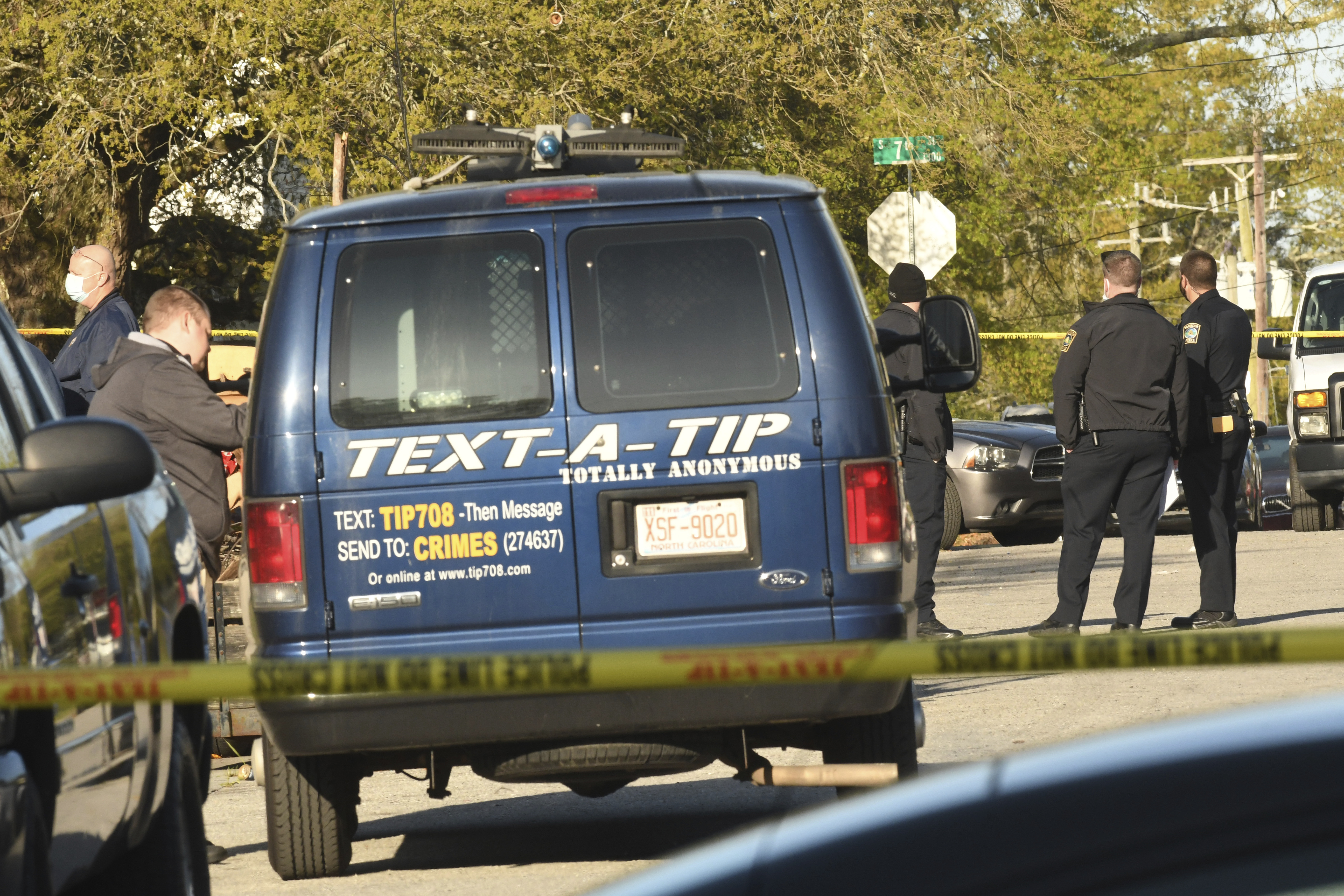 Agentes investigan en la zona del tiroteo en la ciudad de Wilmington (Carolina del Norte).