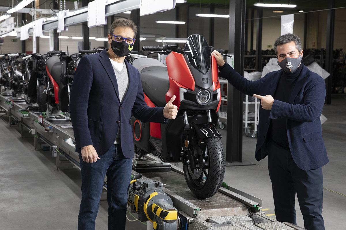 Soleto (izda) y Casasnovas (Seat MÓ) en el arranque de la producción de motos para el constructor de coches