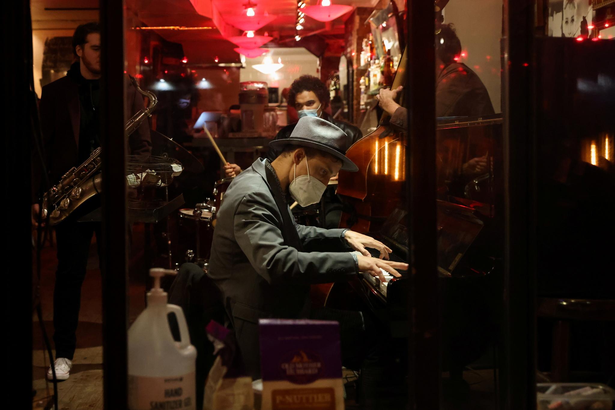 Un pianista toca junto a su banda, en Nueva York.
