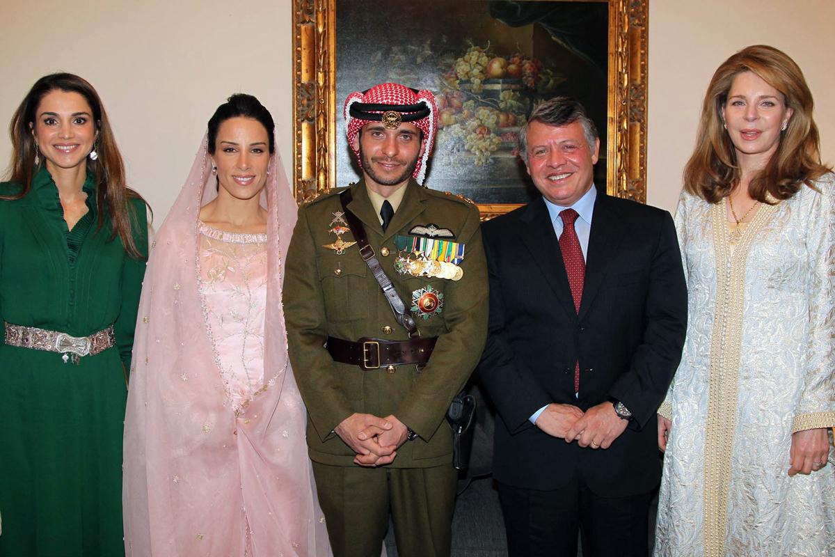 Abdalá II y su esposa Rania posan con la reina Noor (dcha.) en la boda de Hamza.