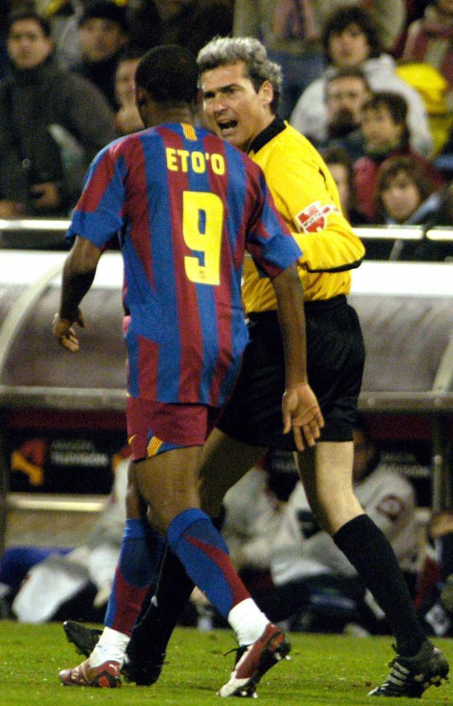 Samuel Eto'o intenta marcharse de La Romareda, en 2006.