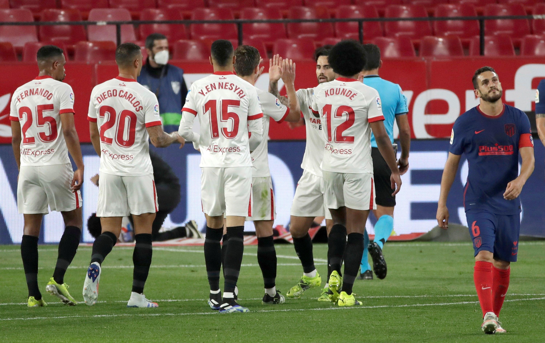 Los jugadores del Sevilla celebran el gol de Acuña.