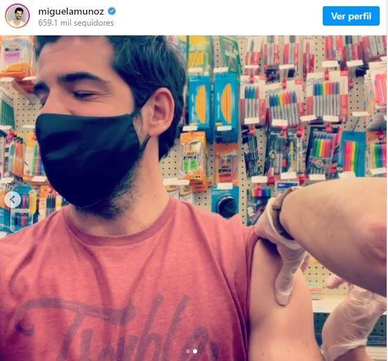 Miguel Ángel Muñoz se vacuna contra el coronavirus en un supermercado