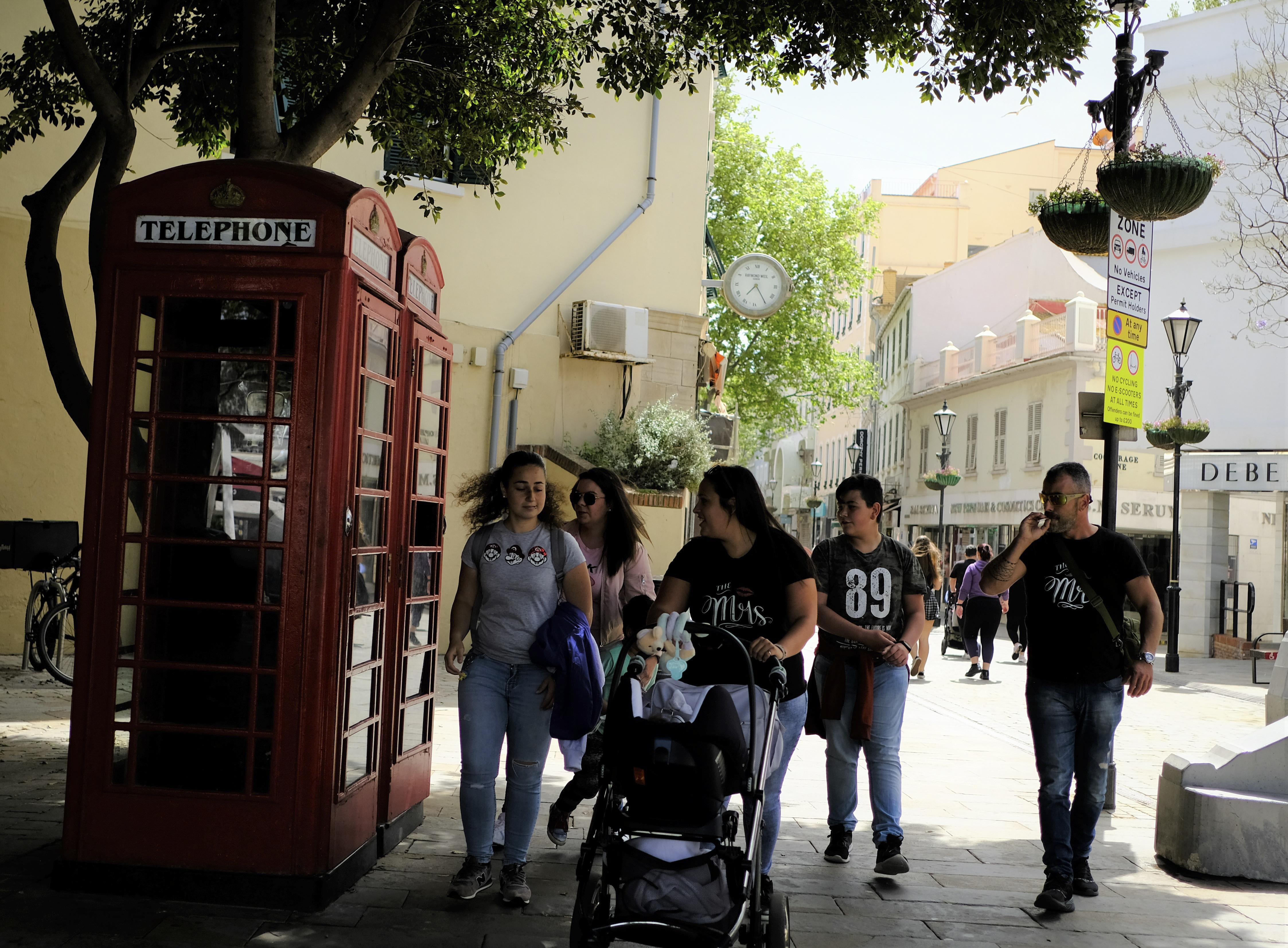 Ciudadanos sin mascarilla, en Gibraltar.
