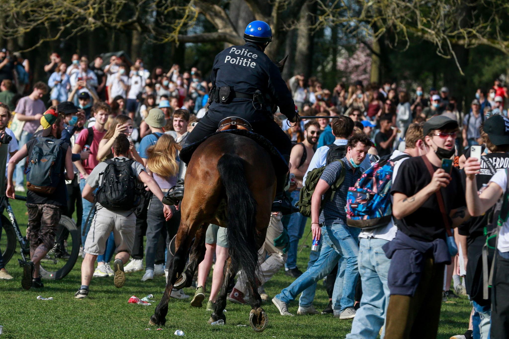 Momento de la carga a caballo de la policía de Bruselas par dispersar una macrofiesta, el pasado jueves.