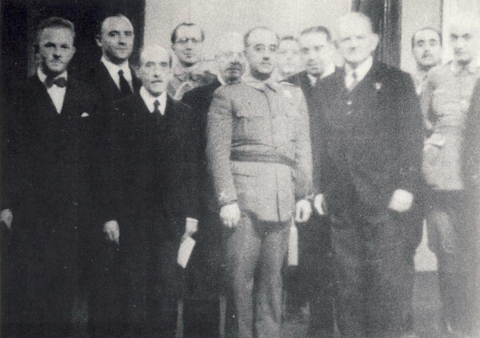 Johannes Bernhard (segundo por la izquierda) y Francisco Franco, con varios empresarios alemanes.