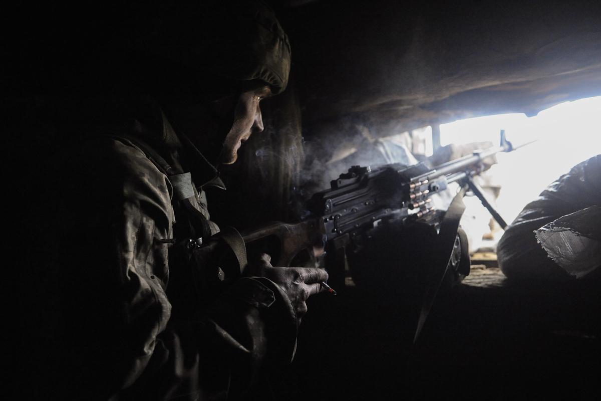 Un soldado ucraniano observa la línea del frente.