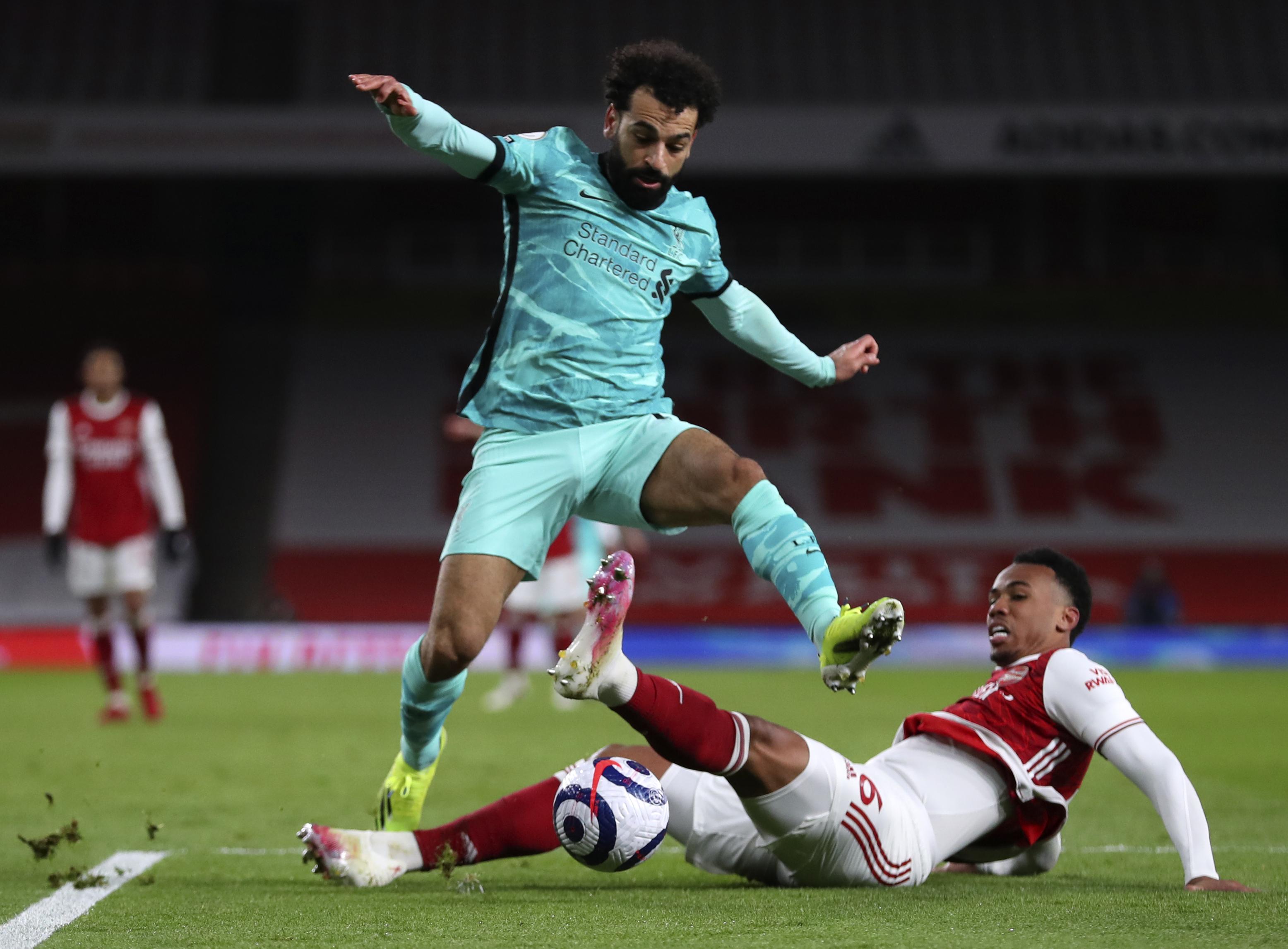 Salah, ante Gabriel, del Arsenal.