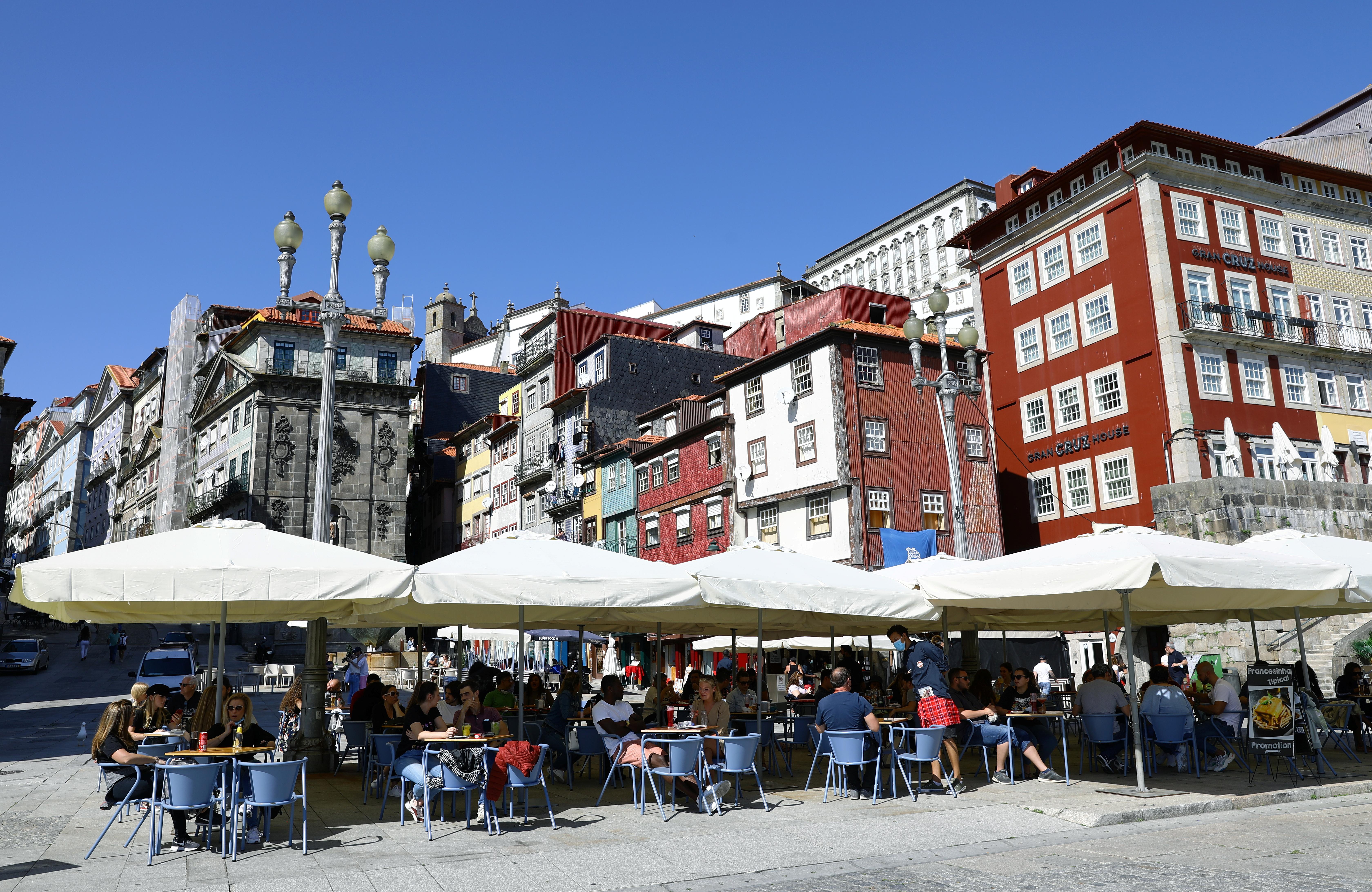 Una terraza llena en la ciudad de Oporto.
