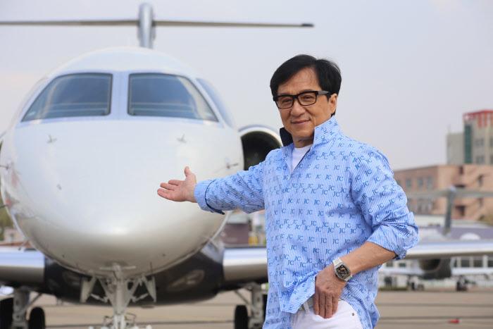Jackie Chan: de casi ser vendido por sus padres al nacer, al trato vejatorio a su mujer, la prostitución y la fortuna de 400 millones