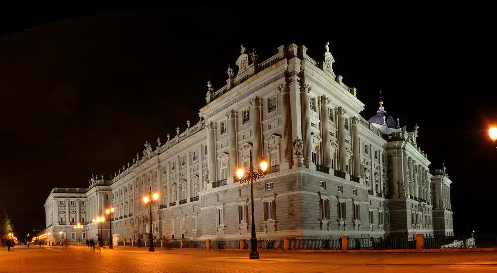 El Palacio Real al anochecer.