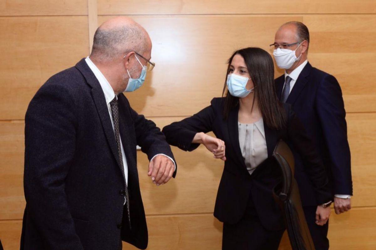Saludo entre Arrimadas a Igea, líder de Cs en Castilla y León. / EFE