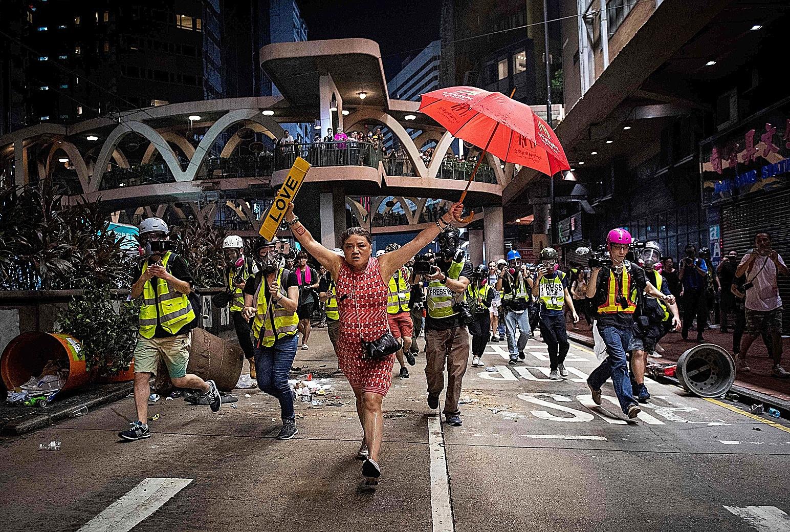 Una mujer marcha durante una protesta en Hong Kong.