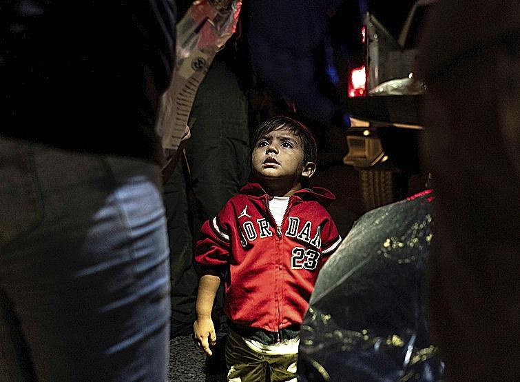 Un niño migrante, tras pasar la frontera México-EEUU.