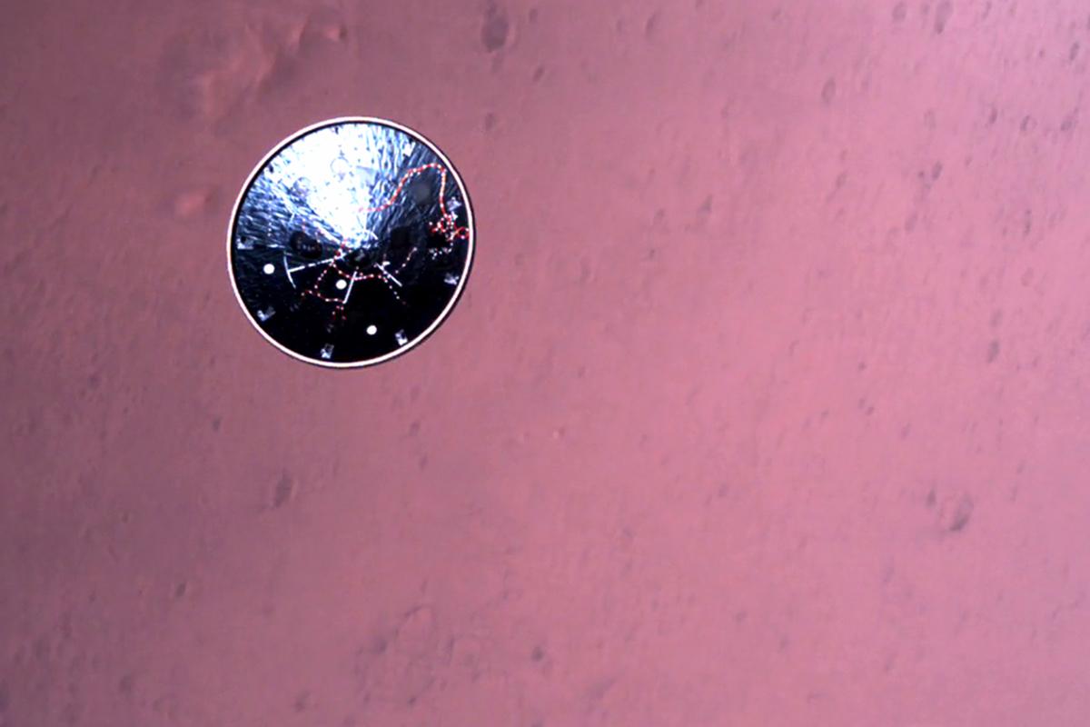 La nave sobrevolando el cuarto planeta del sistema solar.