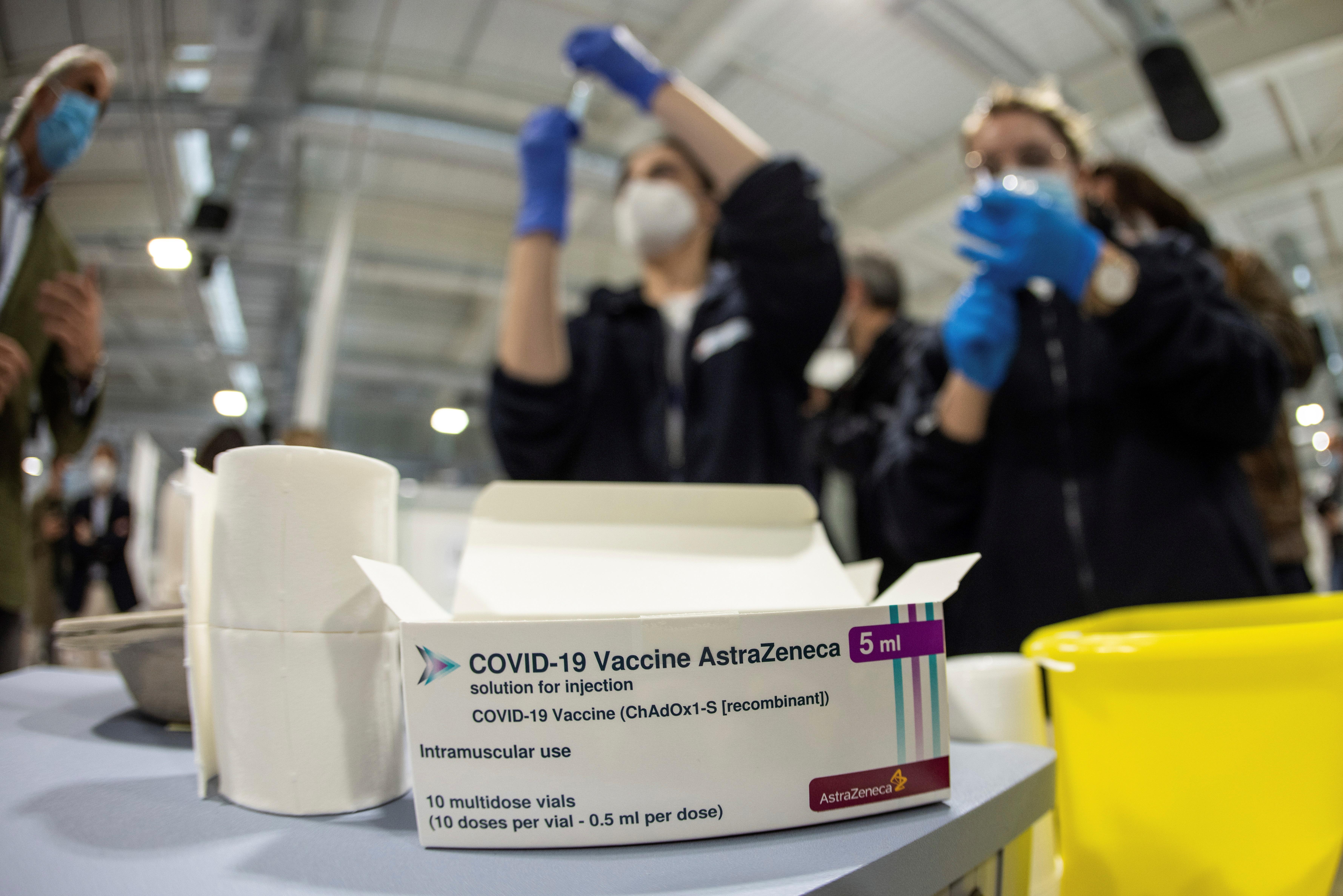 Personal sanitario prepara vacunas de AstraZeneca en el hospital Enfermera Isabel Zendal en Madrid. EFE/Rodrigo Jiménez