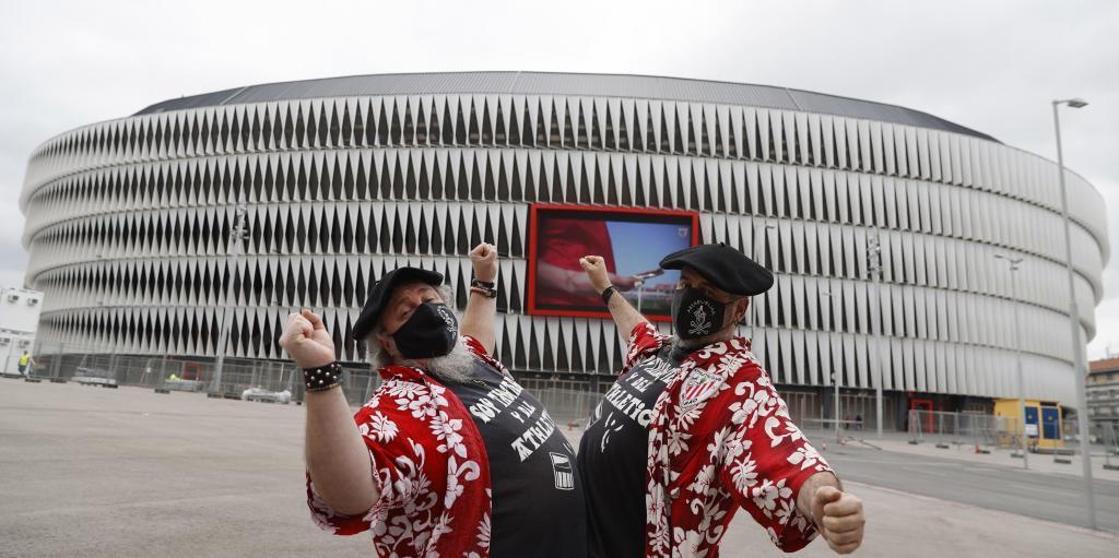 Dos aficionados del Athletic de Bilbao en los aledaños de San Mamés