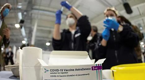 Personal sanitario prepara vacunas de AstraZeneca
