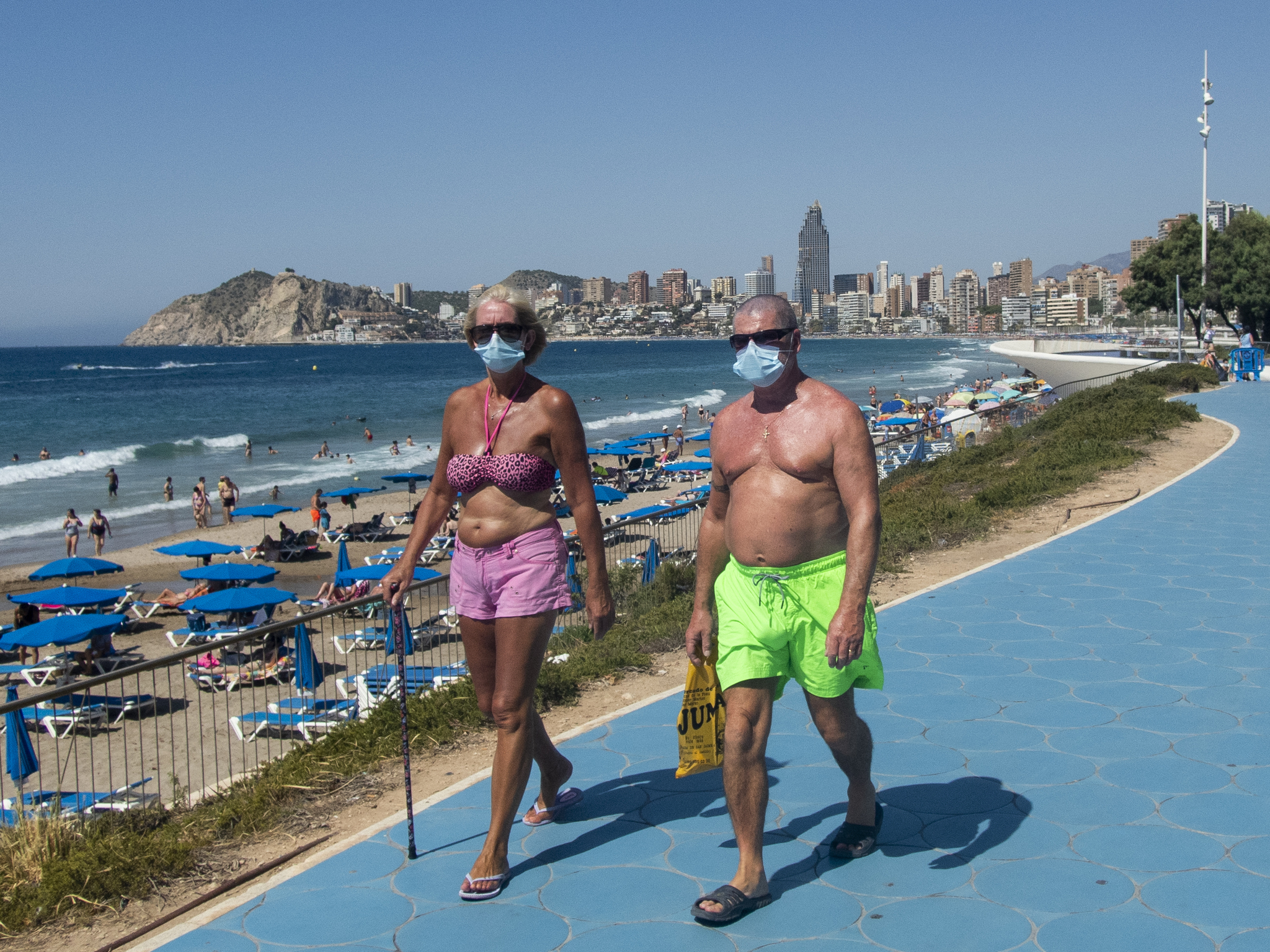 Dos personas pasean, en julio de 2020, por Benidorm (Alicante).