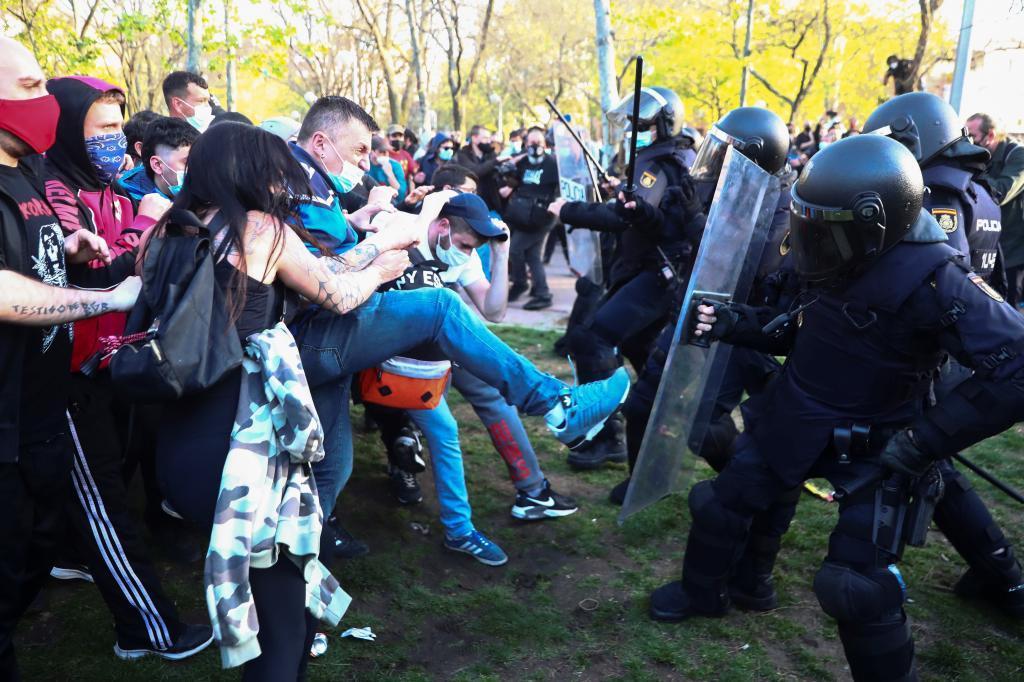 Carga policial contra los manifestantes que protestaban contra el mitin de Vox