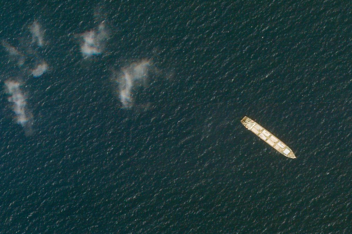 Imagen aérea de la embarcación iraní Saviz, tras recibir el impacto de varias minas en el mar Rojo.