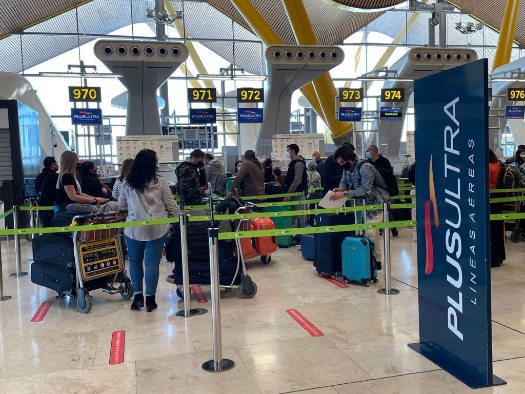 Embarque de pasajeros este miércoles en Barajas en un avión de Plus Ultra rumbo a Venezuela.