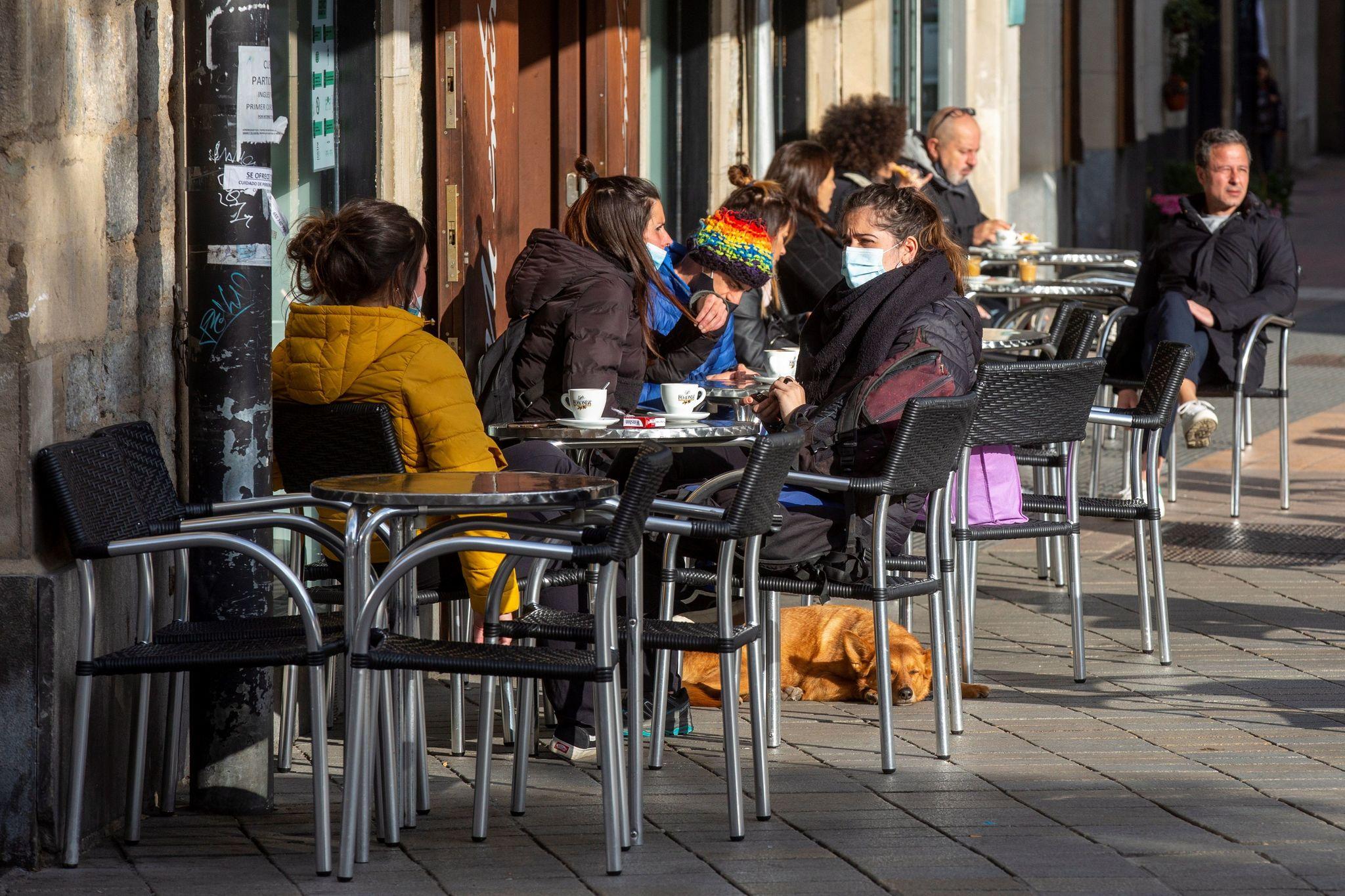 Clientes toman café en la terraza de un bar de Vitoria.